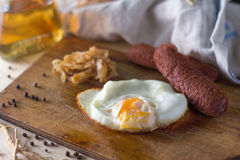 Uova fritte con le salsiccie e cavolo fritto fotografie stock libere da diritti