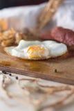 Uova fritte con le salsiccie e cavolo fritto immagini stock