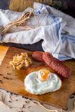 Uova fritte con le salsiccie e cavolo fritto Immagine Stock
