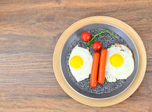 Uova fritte con le salsiccie fritte Fotografia Stock