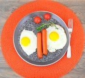Uova fritte con le salsiccie fritte Fotografie Stock