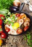 Uova fritte con le verdure e la salsiccia Fotografia Stock