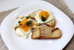 Uova fritte con pancetta affumicata Immagini Stock Libere da Diritti