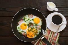 Uova fritte con pancetta affumicata Immagini Stock