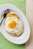 Uova fritte con pane tostato Fotografia Stock
