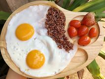 Uova fritte del doppio con il quinea marrone fotografie stock libere da diritti