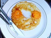 Uova fritte di vista alta e superiore due di fine con il coltello e la forcella fotografie stock