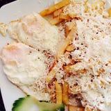 Uova fritte e patate fritte Immagini Stock