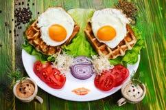 Uova fritte e pomodori su un piatto bianco fotografia stock