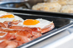Uova fritte e salsiccie fritte su un contatore in caffè della via Immagini Stock