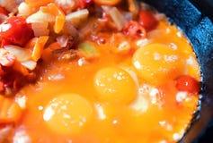 Uova fritte e verdure stufate in una padella Fotografia Stock