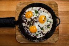 Uova fritte per la pentola della prima colazione delle uova fritte con bacon Prima colazione inglese Fotografie Stock