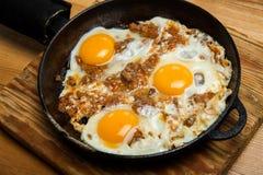 Uova fritte per la pentola della prima colazione delle uova fritte con bacon Prima colazione inglese Fotografia Stock Libera da Diritti
