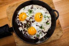 Uova fritte per la pentola della prima colazione delle uova fritte con bacon Prima colazione inglese Immagini Stock Libere da Diritti