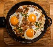 Uova fritte per la pentola della prima colazione delle uova fritte con bacon Prima colazione inglese Immagine Stock Libera da Diritti