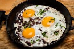 Uova fritte per la pentola della prima colazione delle uova fritte con bacon Prima colazione inglese Immagini Stock