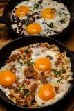 Uova fritte per la pentola della prima colazione delle uova fritte con bacon Prima colazione inglese Fotografia Stock