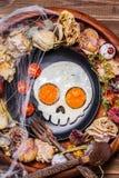 Uova fritte sotto forma di un cranio e dei pomodori freschi Immagine Stock Libera da Diritti