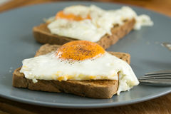 Uova fritte su pane tostato Fotografia Stock