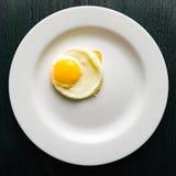 Uova fritte su un piatto rotondo Fotografia Stock