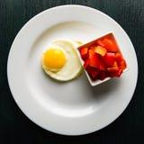 Uova fritte su un piatto rotondo con peperone dolce Fotografie Stock