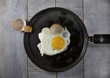 Uova fritte su una vaschetta di frittura Fotografia Stock