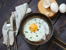 Uova fritte su una vaschetta di frittura fotografie stock