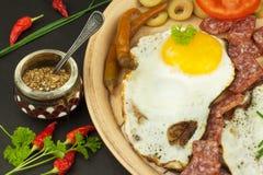 Uova fritte su una zolla Una prima colazione calorosa per gli atleti Alimento sano Fotografia Stock Libera da Diritti