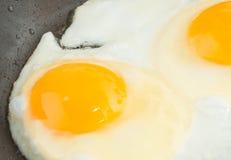 Uova fritte sulla padella Fotografia Stock