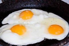 Uova fritte in una padella Fotografia Stock