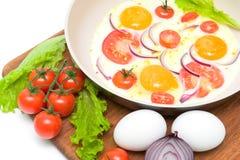 Uova fritte in una padella ed in verdure sul bordo di taglio Fotografie Stock Libere da Diritti