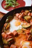 Uova fritte in una pentola con le verdure, primo piano Immagini Stock Libere da Diritti