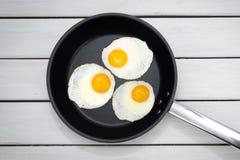uova fritte in una vaschetta fotografie stock libere da diritti