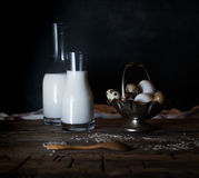 Uova, latte e burro organici freschi, natura morta nello stile rustico, fondo di legno d'annata Immagine Stock