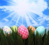 Uova luminose della sorgente di Pasqua nell'erba Fotografie Stock