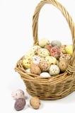 Uova macchiate in canestro di vimini fotografia stock
