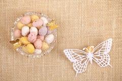 Uova macchiate del cioccolato di Pasqua in ciotola Immagini Stock