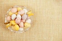 Uova macchiate del cioccolato di Pasqua in ciotola Fotografia Stock