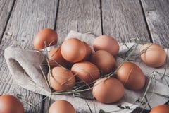 Uova marroni del pollo fresco su legno rustico, concetto di agricoltura biologica Fotografia Stock Libera da Diritti