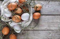 Uova marroni del pollo fresco su legno rustico, concetto di agricoltura biologica Fotografia Stock