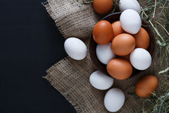 Uova marroni del pollo fresco sul sacco isolato, fondo di agricoltura biologica Fotografia Stock