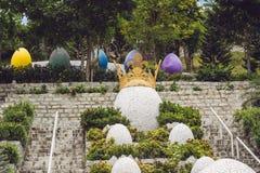 Uova multicolori nell'erba Caccia delle uova di Pasqua, all'aperto Celebrazione della festa di Pasqua Immagini Stock