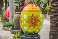 Uova multicolori nell'erba Caccia delle uova di Pasqua, all'aperto Celebrazione della festa di Pasqua Fotografie Stock