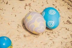 Uova multicolori nell'erba Caccia delle uova di Pasqua, all'aperto Celebrazione della festa di Pasqua Immagini Stock Libere da Diritti