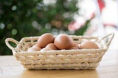 Uova nel canestro fotografie stock