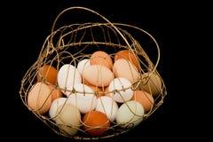 Uova nel cestino del nastro metallico fotografia stock libera da diritti
