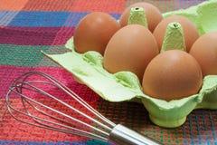 Uova nel contenitore di cartone Fotografia Stock