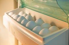 Uova nel frigorifero fotografie stock libere da diritti
