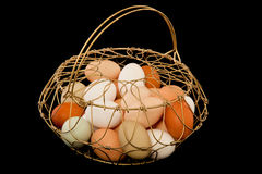 Uova nel vecchio cestino di collegare fotografia stock