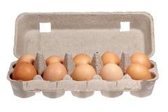 Uova nell'imballaggio su un fondo bianco Fotografia Stock Libera da Diritti